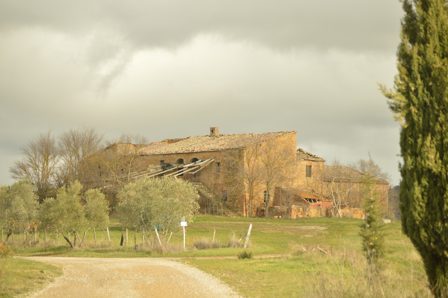Tuscan-villa-in-disrepair