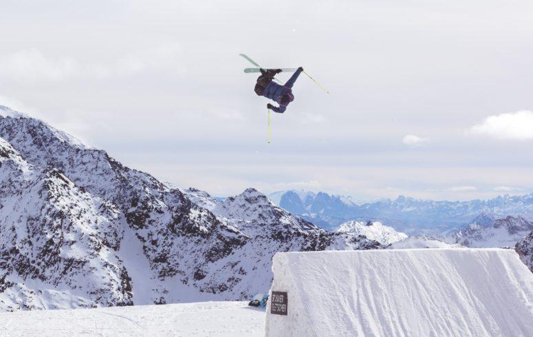 skiiing-we-are-travel-girls